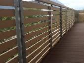 hàng rào và sàn gỗ ngoài trời